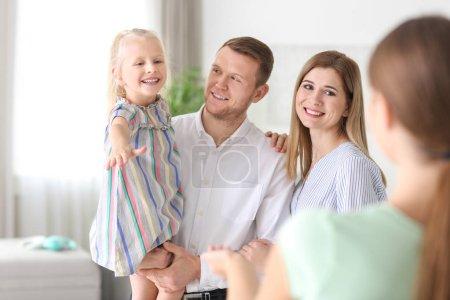 Photo pour Parents, laissant leur fille avec nounou à domicile - image libre de droit