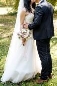 """Постер, картина, фотообои """"Счастливые жених и невеста обниматься и целоваться на свадьбу на открытом воздухе, скопируйте пространства. Свадебные пары в любви, молодожены. Концепция свадьбы, свадебный букет"""""""