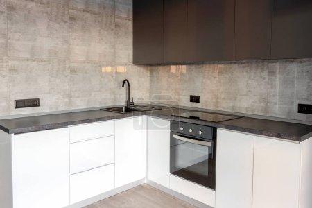 Photo pour Nouvel intérieur vide moderne de cuisine dans les couleurs blanches et grises, copiez l'espace. Appareils de cuisine - image libre de droit