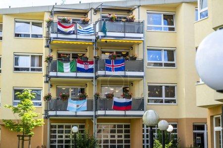 Photo pour Essen, Allemagne - 21 juin 2018: Maison décorée avec les drapeaux de la Coupe du monde de football. - image libre de droit
