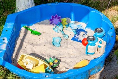 Photo pour Jouets en plastique pour enfants pour jouer dans un bac à sable ou sur une plage . - image libre de droit