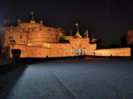 Château d'Édimbourg la nuit avec la crête historique rouge Lion rampant - Traduction du latin Nemo me impune lacessit : Personne ne peut me faire de mal impuni