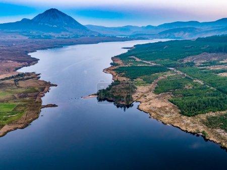 Photo pour Coucher de soleil au-dessus du mont Errigal et Lough Nacung Lower, comté de Donegal - Irlande . - image libre de droit