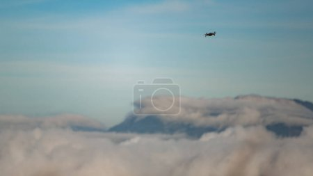 Photo pour Vue à angle bas du drone volant dans le ciel - image libre de droit