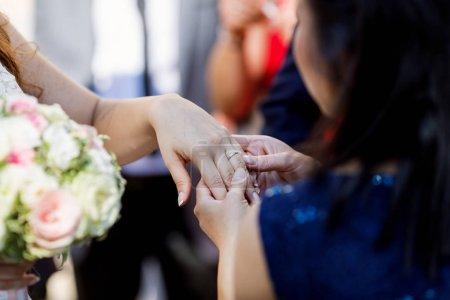 Photo pour Mariée montrant bague de mariage ami - image libre de droit