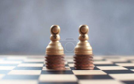 Photo pour Deux pions d'échecs avec des symboles de genre sur un tas de pièces - image libre de droit