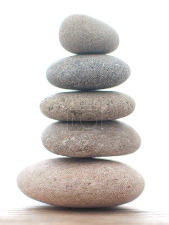 Photo pour Zen yoga spa pierres équilibrées les unes sur les autres - image libre de droit