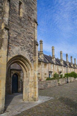 Photo pour Une vue des beaux vicaires fermer dans la ville cathédrale de Wells dans Somerset, Royaume-Uni. Son est revendiquée pour être la plus ancienne rue purement résidentielle avec des bâtiments d'origine survivant intact en Europe. - image libre de droit