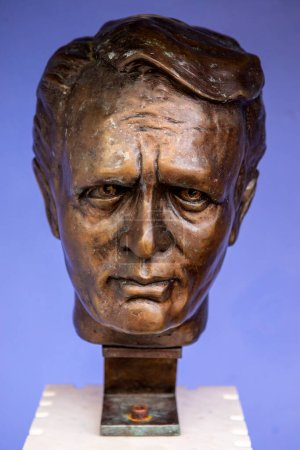 Photo pour Portmeirion, Wales - September 1st 2020: A bust of actor Patrick McGoohan - star of The Prisoner, in the village of Portmeirion in North Wales, where the TV series was filmed. - image libre de droit