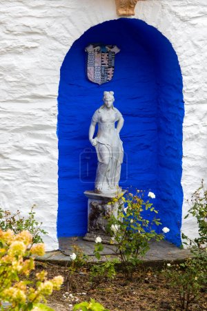 Photo pour Portmeirion, Wales - September 1st 2020: A classical style sculpture, located outside the exterior of The Round House in the village of Portmeirion in North Wales, UK. - image libre de droit