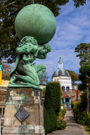 Photo pour Portmeirion, Wales - September 1st 2020: A view of the Hercules statue and the Dome in the village of Portmeirion in North Wales, UK. - image libre de droit