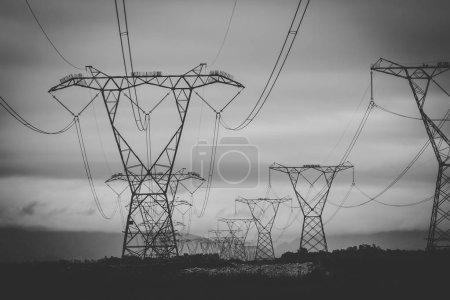 Image rapprochée de lignes électriques aériennes acheminant de l'électricité dans tout le pays