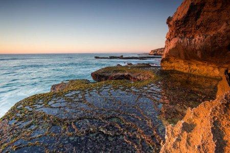 Photo pour Image de paysage grand angle des formations rocheuses spectaculaires de grès le long de la côte d'Arniston dans le Cap occidental de l'Afrique du Sud . - image libre de droit