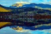 """Постер, картина, фотообои """"Красивые живописные закат в австрийских Альпах озеро. Старые старинных деревенских домов и домов деревянные лодки в Альпах в Гальштате горное озеро на синий час. Расположение: Курортный поселок Гальштат, Австрия, Альпы"""""""