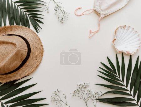 Foto de Composición de verano completamente laicos. Hojas tropicales concepto creativo y sombrero de paja. Vista superior, espacio de copia - Imagen libre de derechos