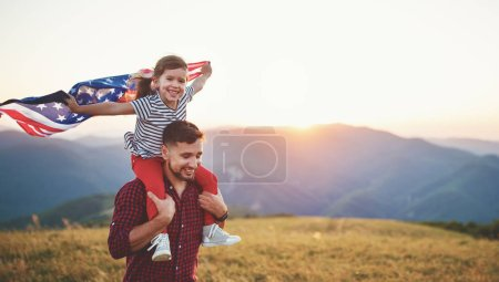 Photo pour Heureux père de famille et l'enfant avec le drapeau des États-Unis, coucher du soleil sur natur - image libre de droit