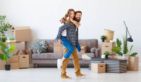 Photo pour Un jeune couple marié heureux déménage dans de nouveaux apartmen - image libre de droit