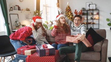 Photo pour Une société d'amis heureux célébrer Noël et le nouvel Oui - image libre de droit