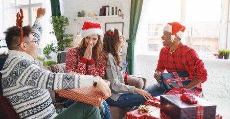 Foto de Una empresa de amigos felices celebrando Navidad y año nuevo - Imagen libre de derechos