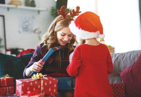 Photo pour Heureuse famille fille mère et enfant ouverte présente le matin de Noël - image libre de droit