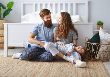 Photo pour Famille père, mère et père enfant fille à être heureux - image libre de droit