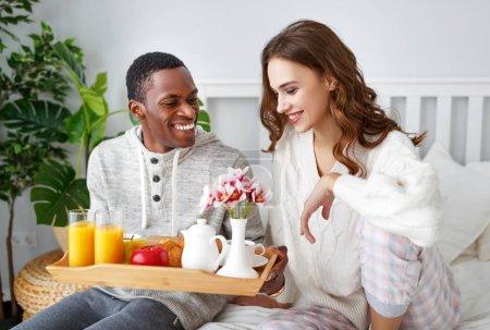 Photo pour Couple d'amoureux heureux avec petit déjeuner au lit sur da Saint-Valentin - image libre de droit