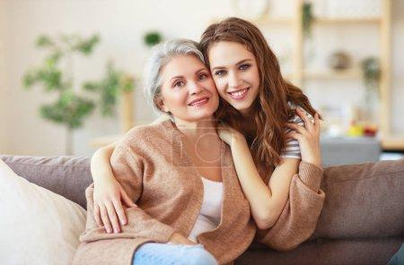 Famille heureuse deux générations mère âgée et fille adulte