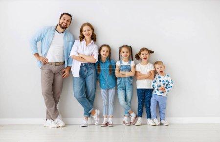 Photo pour Heureux grande famille mère père et enfants fils et filles sur fond blanc - image libre de droit