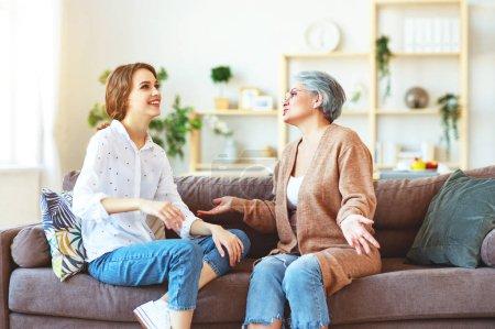 heureux famille deux générations vieille mère et adulte fille