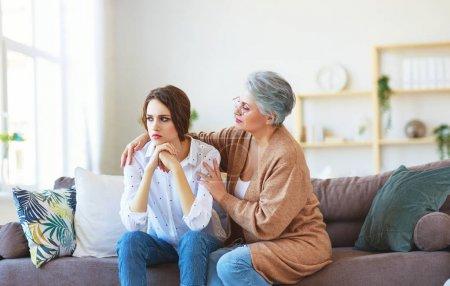 conflit de la famille deux générations mère âgée et fille adulte