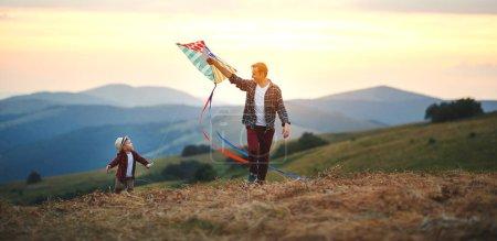 Photo pour Heureux famille père et enfant fils lancer un cerf-volant sur meado - image libre de droit