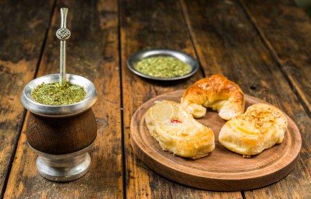 Photo pour Thé traditionnel argentin yerba mate à la calebasse et aux pâtisseries argentines - image libre de droit