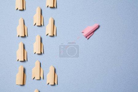 Photo pour Pensez à une vision ou une idée différente et originale. Pense en dehors des sentiers battus, autrement. Rocket vole et . - image libre de droit
