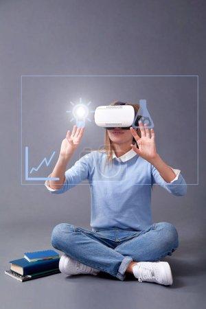 Photo pour E-learning et formation en ligne et webinaire. Entraînement, leçon et cours. E-library : Lunettes fille et VR . - image libre de droit