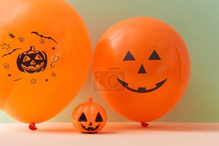 Photo pour Concept d'Halloween. Décorations pour événements festifs. Ballon à air et citrouille. Espace de reproduction. Isolé sur fond vert. - image libre de droit