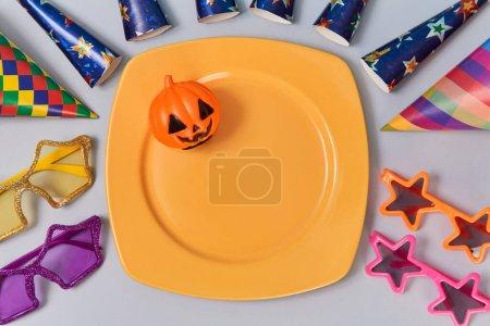 Photo pour Plaque avec citrouille en plastique. Décorations pour fêtes. Concept de vacances d'Halloween et d'automne. Isolé sur fond lumineux. - image libre de droit