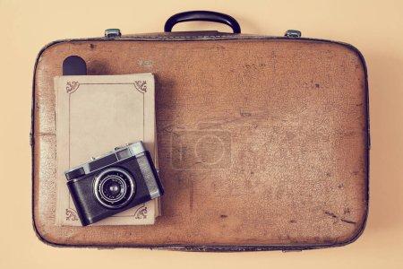 Photo pour Fond de voyage. Blog de voyageurs. Vlogging et concept de blogging. Valise rétro, vieux livre et appareil photo vintage. - image libre de droit