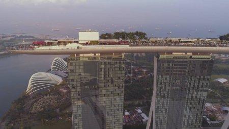 Photo pour Vue latérale de l'hôtel Marina Bay Sands avec une incroyable télécabine sur le toit. Marina Bay Sands sur fond ciel et rver, Singapour . - image libre de droit