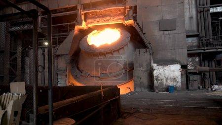 Metalurgicznych sklep z duże vat i roztopionej stali wewnątrz, przemysłu ciężkiego koncepcja. Giełdowe. Gorącej kadzi stalowych o metalurgicznych.