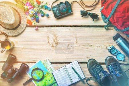 Photo pour Planification de voyage et préparation pour le voyage de vacances, accessoires sur table en bois vintage - image libre de droit