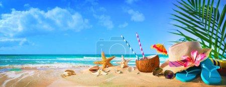 Foto de Sombrero de paja y gafas de sol en la playa. Concepto de vacaciones de verano - Imagen libre de derechos