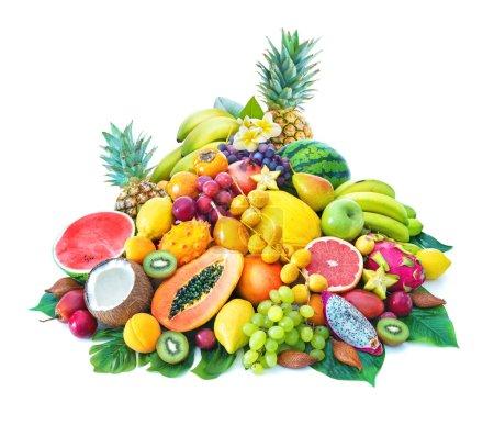 Photo pour Assortiment de fruits tropicaux aux feuilles de palmier et fleurs exotiques isolés sur blanc - image libre de droit