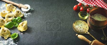 Photo pour Raviolis faits maison avec épinards et ricotta sur fond sombre, vue sur le dessus - image libre de droit