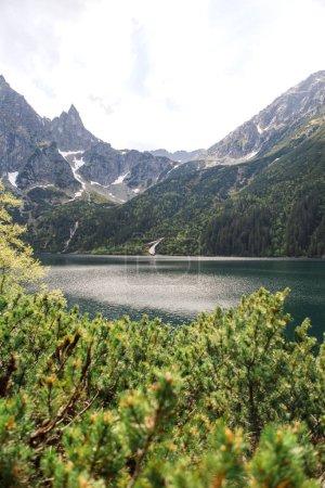 Photo pour Vue panoramique sur le lac avec montagnes et ciel nuageux - image libre de droit