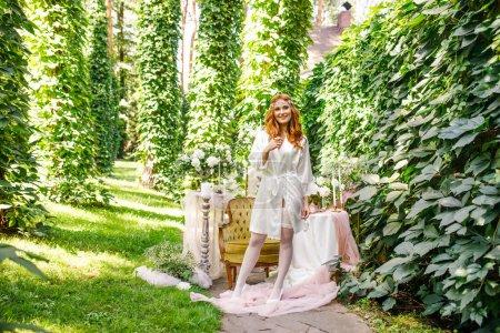 Photo pour Belle fille dans une robe blanche avec un bouquet de fleurs - image libre de droit