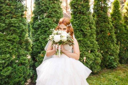 Photo pour Mariée en robe blanche avec bouquet de fleurs - image libre de droit
