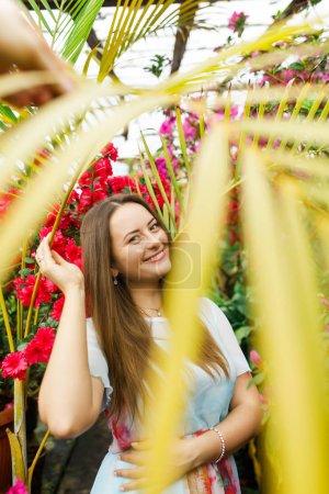 Photo pour Belle fille dans une couronne de fleurs - image libre de droit
