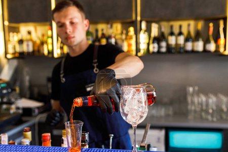 Photo pour Barman faire un cocktail dans un restaurant - image libre de droit