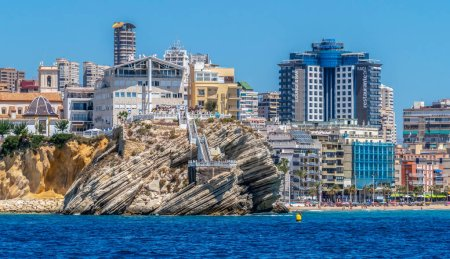 Photo pour BENIDORM, SPAIN - AUGUST 16, 2020: View from the sea the skyscrapers of the city and the Balcony of the Mediterranean, A cliff of 23 m, Mirador del Castillo, Mediterranean lookout point in Alicante. - image libre de droit