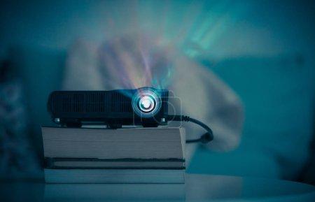 Photo pour Petit vidéoprojecteur LCD sur table dans le salon, regarder des films dans le home cinéma - image libre de droit